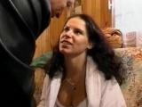 Vidéo porno mobile : Trio avec un vieux qui paye pour çà !